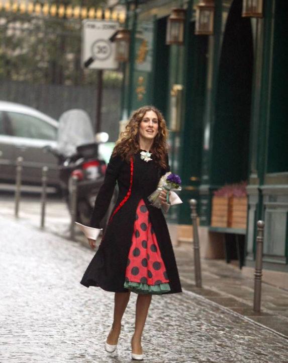 Маленькое черное коктейльное платье: подбираем стиль для него