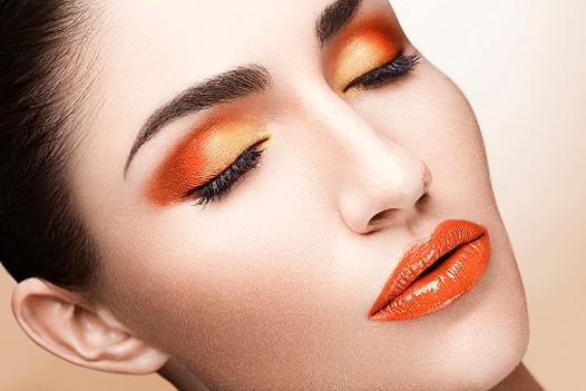 Макияж яркой брюнетки в оранжевых тонах 2021